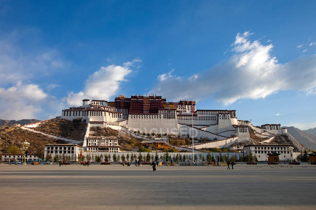 Amazing ancient architecture during daytime in Tibet — Stock Photo