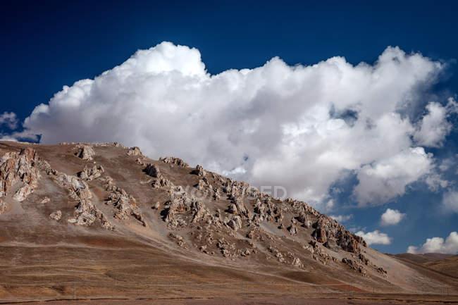 Красиві Скелясті гори і хмарний небо, Hoh Xil заповідник природи, Цінхай — стокове фото
