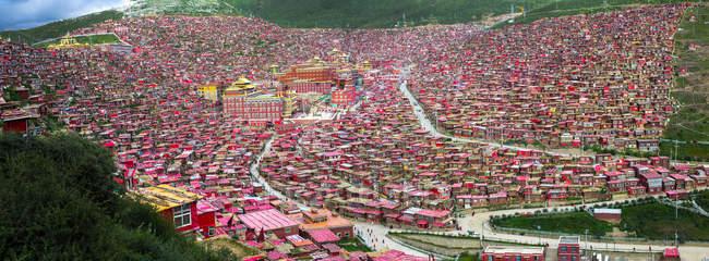 Vista aérea de telhados vermelhos de casas em aldeia localizada no vale, Sichuan, China — Fotografia de Stock