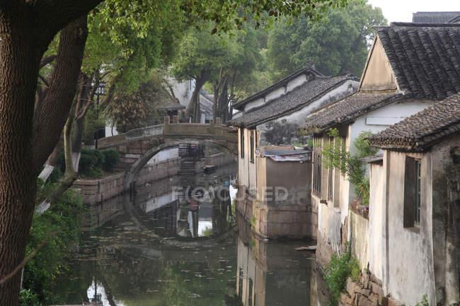 Красивий канал і китайської архітектури в Сучжоу, провінція Цзянсу, Китай — стокове фото