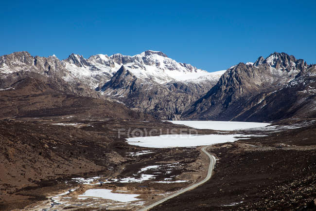 Aerial view of Sichuan-Tibet highway in scenic snow-covered mountains — Stock Photo