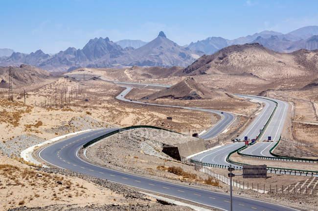 Високий кут зору трафіку на Цинхай-Тибет шосе і гори в денний час — стокове фото