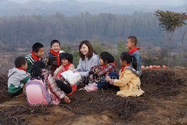 Rural chinese teacher and pupils in outdoor learning — стокове фото