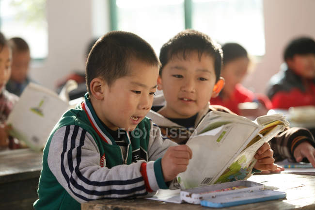 Chinese school students studying with books in rural primary school — Foto stock
