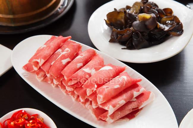 Vue rapprochée du chaudron de mouton avec de délicieux ingrédients sur la table, concept Nouvel An chinois — Photo de stock