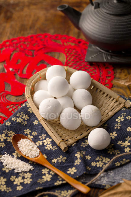 Délicieuses boules de riz gluantes chinoises traditionnelles sur la table — Photo de stock