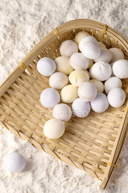 Top view of glutinous rice balls on wicker container in flour — Stockfoto