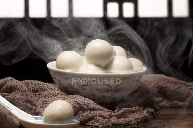 Close-up view of bowl with delicious glutinous rice balls and steam — Stockfoto