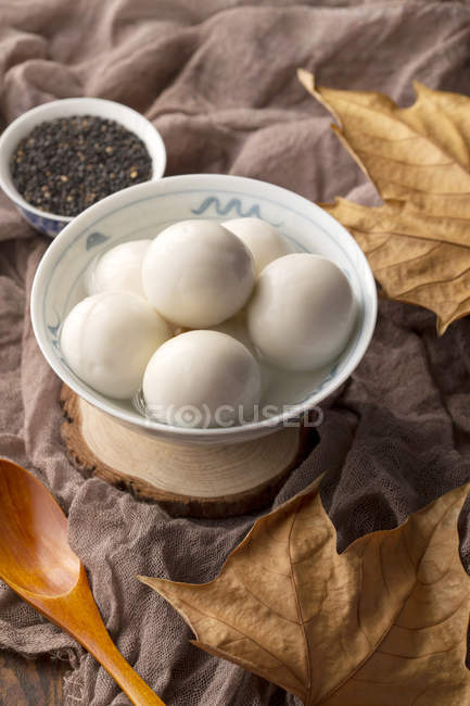 Close-up view of sesame seeds and bowl with Glutinous Rice Balls for Lantern Festival — Stockfoto