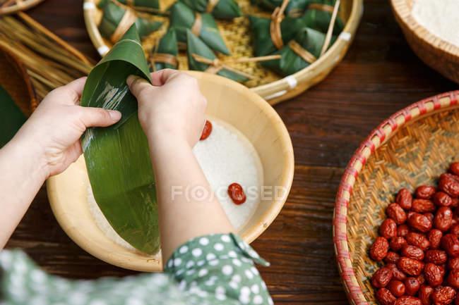 Abgeschnitten Schuss von Frau Kochen traditionellen chinesischen Gericht Zongzi — Stockfoto