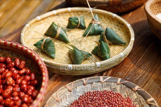 Nahansicht der Zutaten für traditionelle chinesische verpackte Zongzi und Zutaten — Stockfoto