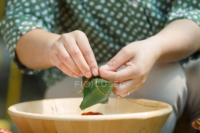 Teilansicht der Frau mittleren Alters, die traditionelle chinesische Schale Zongzi — Stockfoto