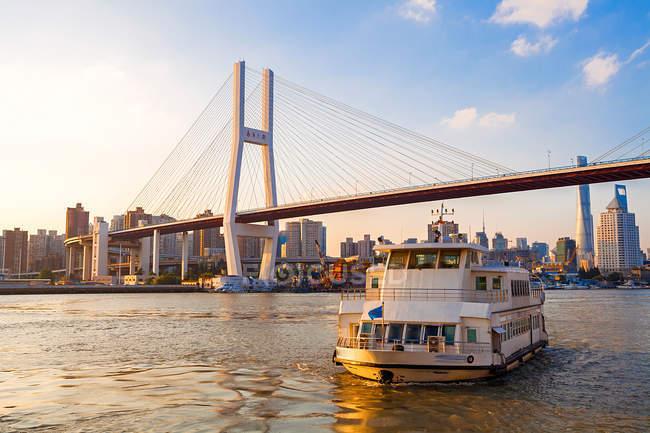 Міст Нанпу, човен і міський пейзаж у Шанхаї. — стокове фото