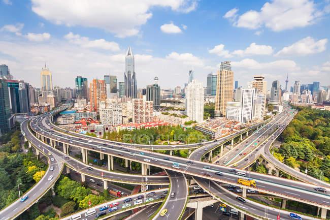 Вид з повітря сучасна архітектура і Яан Road шляхопровід, Шанхай — стокове фото