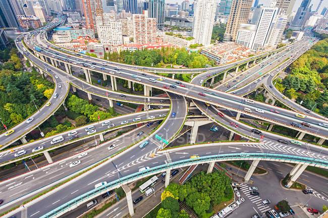 Vista aérea da arquitetura moderna e do viaduto Yanan Road, Xangai — Fotografia de Stock