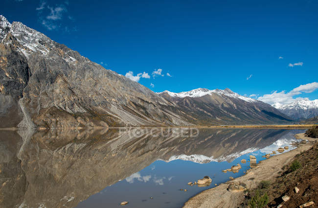 Beautiful landscape with lake, mountains and scenic Laigu glacier in Tibet — Stock Photo