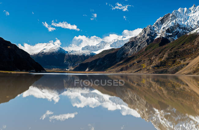 Beautiful landscape with snow capped mountains, lake and scenic Laigu glacier in Tibet — Photo de stock
