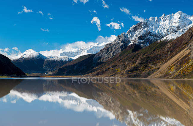 Beautiful landscape with snow capped mountains, lake and scenic Laigu glacier in Tibet — Stock Photo