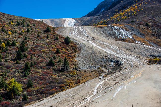 Beau paysage de montagne au jour ensoleillé dans la province du Sichuan, Chine — Photo de stock