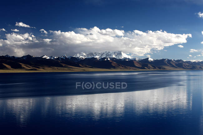 Дивовижний краєвид з мальовничим озером і горами, Nam Co пейзажі в Тибеті — стокове фото