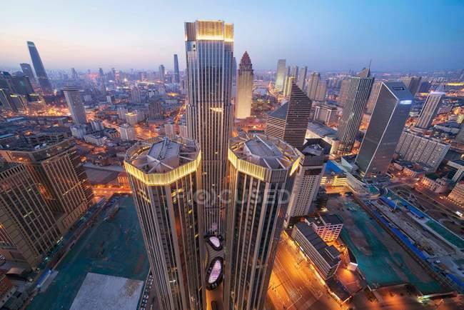 Escena nocturna con arquitectura moderna de la ciudad de Tianjin, China - foto de stock