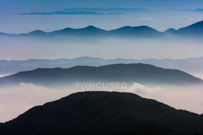 Дивовижний гірський ландшафт вранці, провінція Юннан, Китай — стокове фото