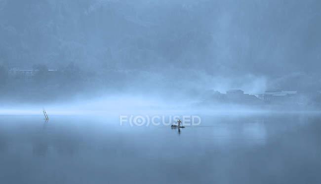 Місцеві краєвиди з рибалкою в тумані в Фуан (провінція Фуцзянь, Китай). — стокове фото