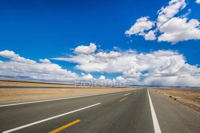 Yumen Pass Road of Dunhuang, Gansu Province, Chine — Photo de stock