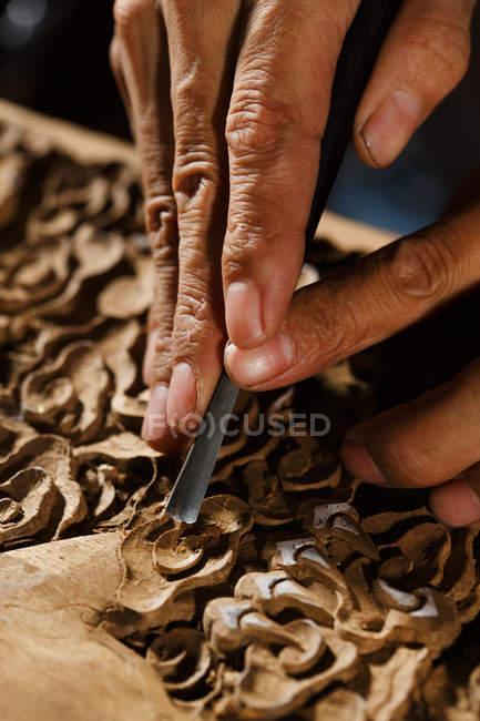 Частковий вигляд чоловічих рук під час деревообробки на майстерню — стокове фото