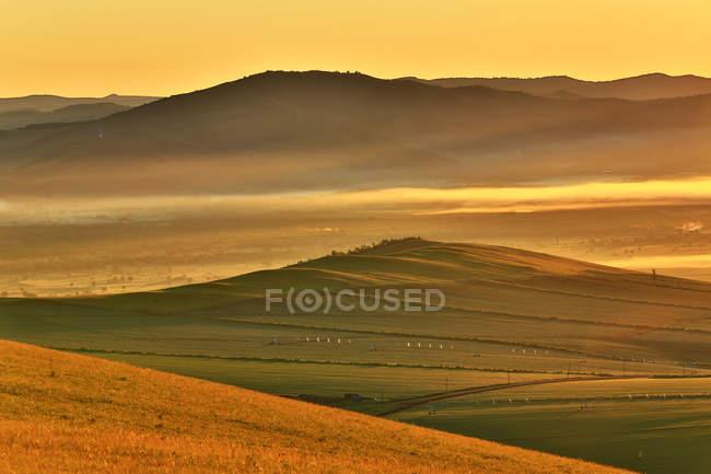 Удивительный пейзаж с зелеными холмами покрыты пышной растительностью, высокий угол зрения — стоковое фото