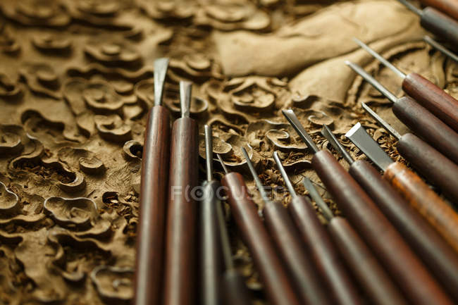 Традиционные китайские инструменты для гравировки дерева, вид крупным планом — стоковое фото