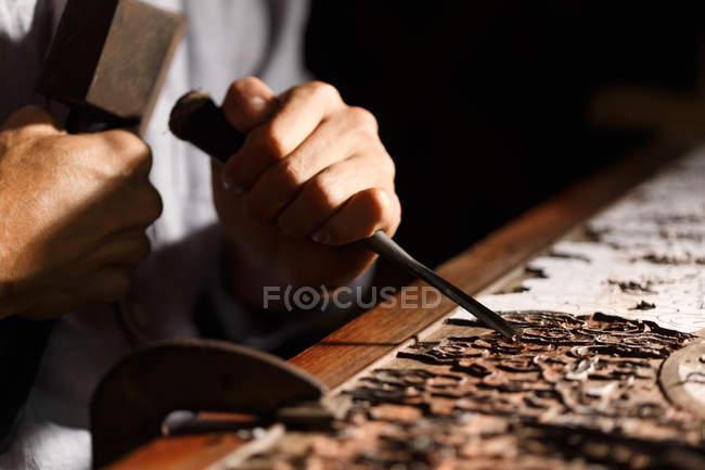 Крупним планом частковий вигляд людини під час деревообробної гравіювання на семінарі — стокове фото