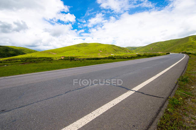 Asphalt road and beautiful scenery of Xinduqiao Town, Sichuan province, China — Stock Photo