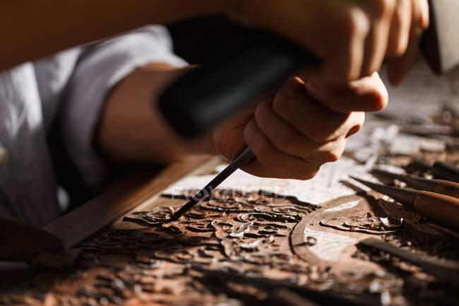 Частковий погляд людини під час деревообробної гравіювання на семінарі — стокове фото