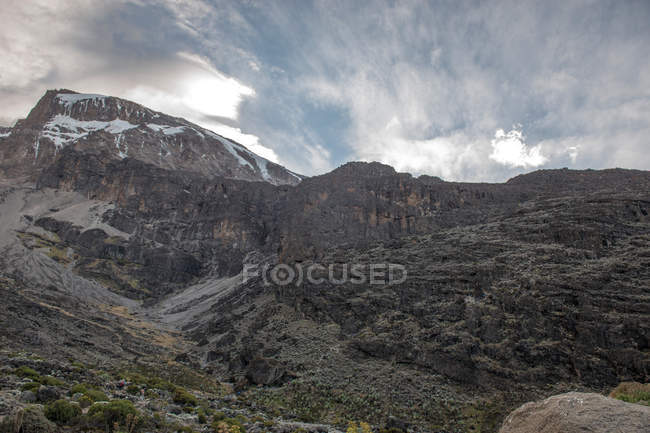 Beautiful landscape with rocky mountains and cloudy clouds — Stock Photo