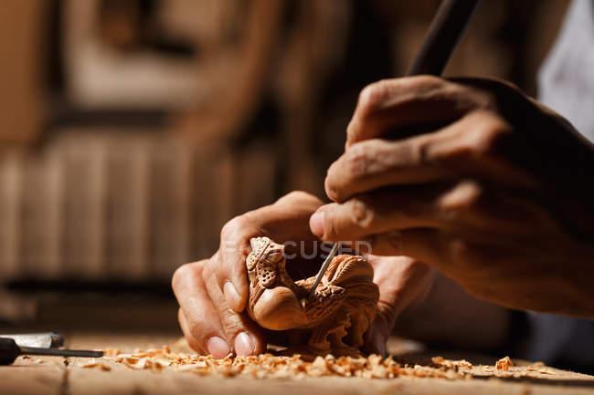 Крупним планом частковий вид чоловічі руки під час деревообробки гравіювання на семінарі — стокове фото