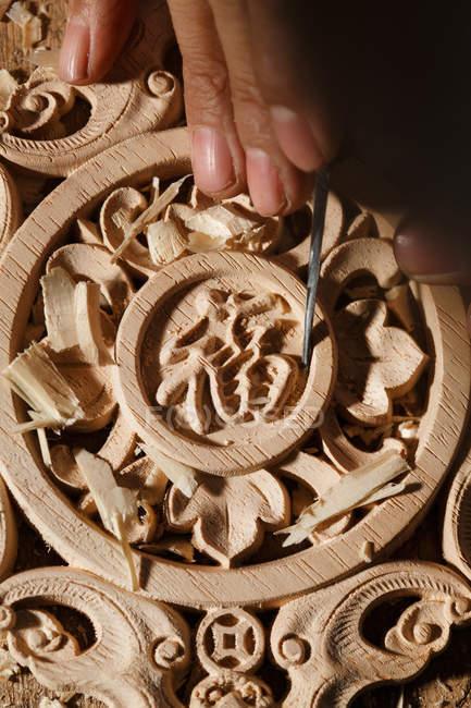 Close-up visão parcial do homem durante a gravura de madeira na oficina — Fotografia de Stock