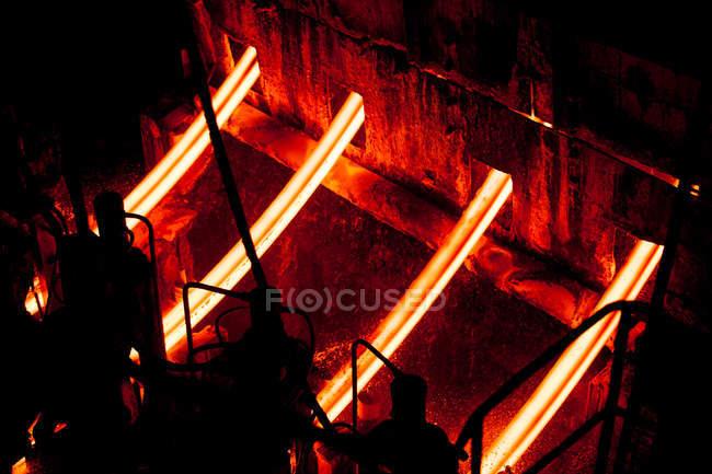 Industrieanlagen im beleuchteten automatisierten Stahlwerk, China — Stockfoto