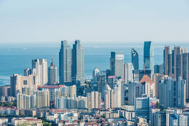 Vista aérea de la arquitectura urbana en Qingdao, China - foto de stock