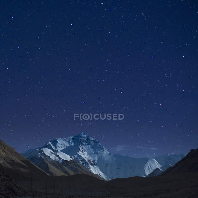 Night stars and milky way over mountains, beautiful peaks, nature background — Stock Photo