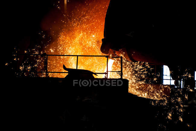 Промышленное оборудование на освещенном автоматизированном сталелитейном заводе, Китай — стоковое фото