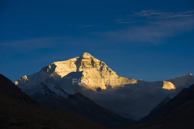 Incredibile paesaggio montano con montagne rocciose e cielo azzurro chiaro — Foto stock