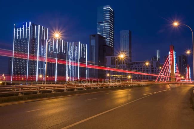 Vista nocturna de la ciudad de Wuxi, provincia de Jiangsu, China - foto de stock
