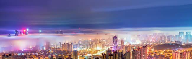 Vista nocturna de la ciudad de Qingdao, China. Vista aérea - foto de stock