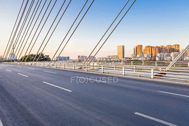 Bella vista sul lago e sul ponte di Wuxi nella provincia di Jiangsu, Cina — Foto stock