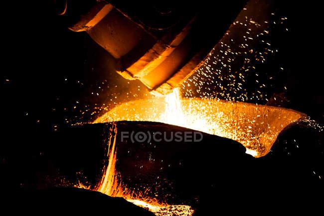 Équipement industriel à l'aciérie automatisée illuminée, chine — Photo de stock