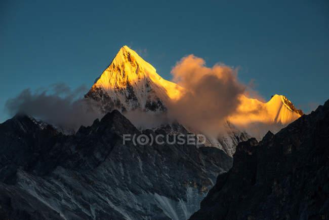 Beautiful landscape with mountains at Ganzi Sichuan Tibetan Autonomous Prefecture, Daocheng Province — Photo de stock