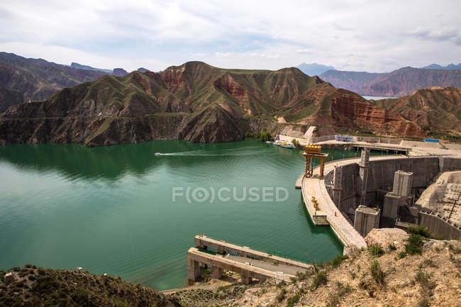 Красивий краєвид з гори і китайські водосховища Lijiaxia в провінції Цінхай — стокове фото