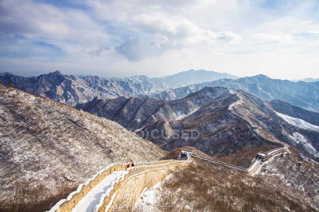 Beau paysage avec montagnes et Grande Muraille dans la neige — Photo de stock