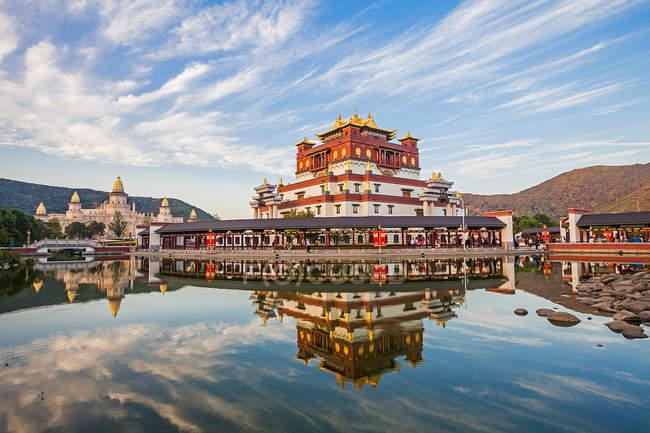 Bela arquitetura asiática refletida na água calma em Lingshan, Wuxi, província de Jiangsu, China — Fotografia de Stock